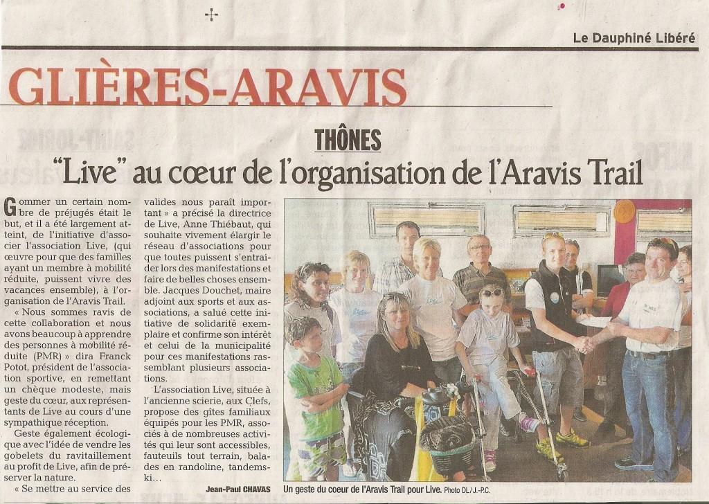 Article du Dauphiné Libéré lors de la remise du chèque de l'Aravis Trail à l'association LIVE